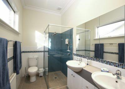 arnold-residence-bathroom1